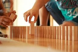 自閉症児の行動特徴「おもちゃを並べる」ことを関わり遊びに発展させよう:ドミノ遊び