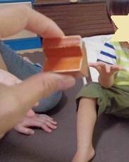 クレーン現象とは・発達障害や自閉症の子の特徴と対処方法:手を差し出す練習