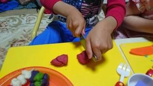 カンタン家庭療育 粘土遊び 切る