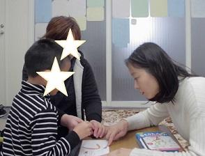 自閉症の子、はさみで上手に切るように!パーソナル療育プログラム