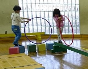 作業療法のまねをして児童館の体育館で練習
