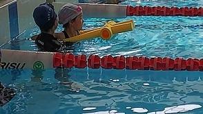 定型発達の娘 補助具何でも泳法