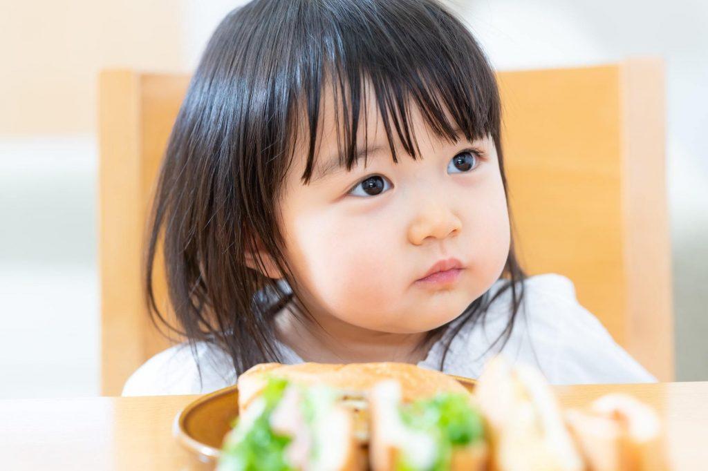 ご飯食べないつもりの子ども