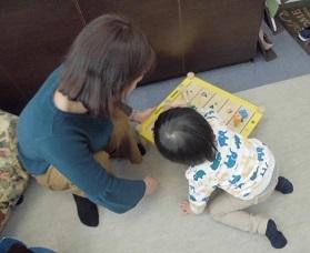 3歳入園前の子 先生と遊んでいるところ
