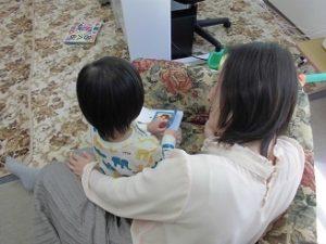 3歳入園前の子 絵本を一緒に読んでいるところ